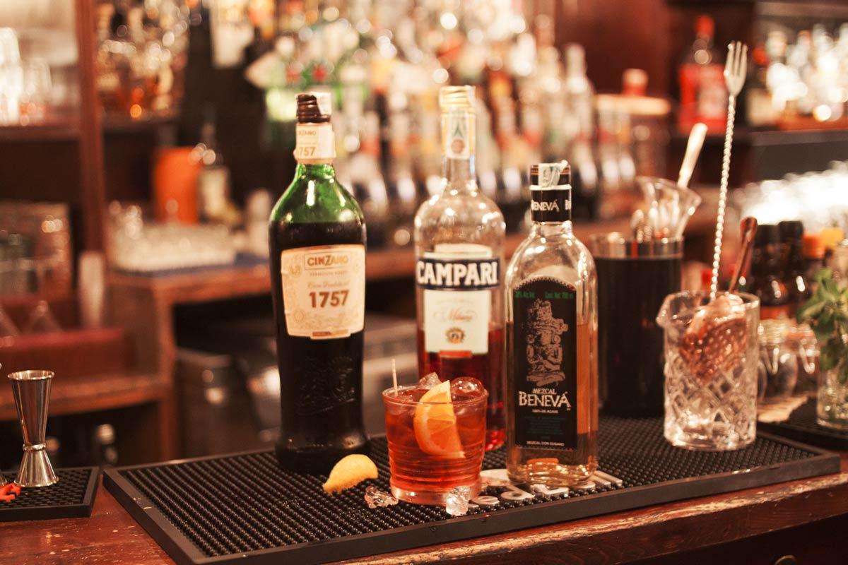 Immagine bottiglie liquori - Vetra Milano - Cocktail, Beer & Wine Bar